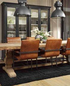 Prachtige stoelen aan een stoere tafel voor een warm interieur !