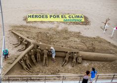 Greenpeace crea una escultura de arena de un aerogenerador en la playa de las Canteras para defender que Canarias sea 100% renovable