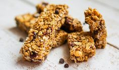 Pack crunchy, healthy granola bars for a treat in kids' lunch boxes, serve as an after school snack or crumble them over yogurt for breakfast! Easy Salad Recipes, Raw Food Recipes, Gluten Free Recipes, Dessert Recipes, Cereal Recipes, Diet Recipes, Gluten Free Granola Bar Recipe, Healthy Granola Bars, Keto Brownies