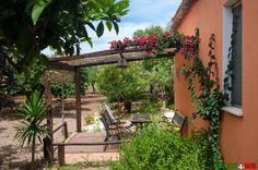 Апартаменты на вилле Марио и Антонеллы на Сицилии можно найти как на Букинге, так и на других сайтах бронирования, но мы заказали все смс перепиской.