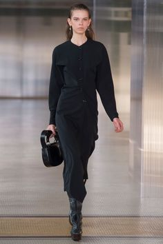 The complete Lemaire Fall 2017 Ready-to-Wear fashion show now on Vogue Runway. Fall Fashion Trends, Fashion Week, Fashion 2017, Vogue Paris, Catwalk Fashion, Couture Tops, Fashion Show Collection, White Fashion, Autumn Winter Fashion