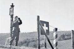 Ein Schweizer Soldat im April 1945 an der Schaffhauser Grenze zu Deutschland: Geschichte als Abgrenzung vom Normalfall. Bild: Keystone Historical Pictures, Swiss Army, Military History, World War Two, Soldiers, Ww2, Switzerland, Past, Sign