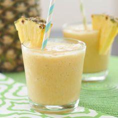 Piña Colada - A Piña Colada pode ser sem álcool, bastando acrescentar um pouco mais de suco de abacaxi, passará a ser chamada de Piña Colada virgem. Fruity Cocktails, Refreshing Drinks, Summer Drinks, Fun Drinks, Beverages, Pina Colada Sem Alcool, Smoothie Drinks, Alcoholic Drink Recipes, Cocktail Recipes