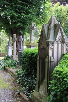 Kleinstädte sind oft charmant, nett und einen Ausflug wert. Ein Tag reicht, ein Tagesausflug ist für mich Urlaub, abschalten, durch die Stadt schlendern, einige interessante Plätze besuchen, schlemmen, das ist oft genug, für einen Kurzurlaub. Kleinstädte haben oft viel historische Bausubstanz zu bieten. Im Gegensatz zu den größeren Städten, die während der Weltkriege zu beliebten … Old Cemeteries, Graveyards, Headstone Inscriptions, Catacombs, Abandoned Castles, Vaulting, Cemetery, Wednesday Addams, Memento Mori