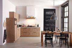 Moderne Bellmer keuken met grijs gebeitste houtkleur - Een op ooghoogte geplaatste combi-oven, het composieten werkblad uitgevoerd in de kleur Elbe en de toepassing van de grijs gebeitste houtkleur in de brede schouwkap zijn slechts een paar details van deze prachtige keukenopstelling.
