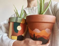 Precious Tips for Outdoor Gardens In general, almost half of the houses in the world… Painted Plant Pots, Painted Flower Pots, Ceramic Plant Pots, Clay Pots, Diy And Crafts, Arts And Crafts, Decor Crafts, Art Diy, Plant Decor