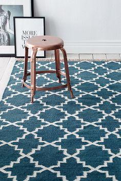 Smukt tæppe med etnisk mønste. Uldkvalitet med frynser på kortsiderne.   For øget sikkerhed og komfort, brug et skridsikkert underlag som holder dit tæppe på plads. Skridsikre underlag findes i flere forskellige størrelser.   100% uld Støvsugning/skumrens
