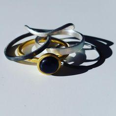 Enkelt, elegant fantastisk og smukt hvad mere kan jeg sige. Billedet og smykkerne  taler vist for sig selv ikke? #hvisk #hviskstyling #hviskstylist #hviskjewellery #hviskstackning #smykker #jewellery #ringen #fingerring #fingerringe #ring