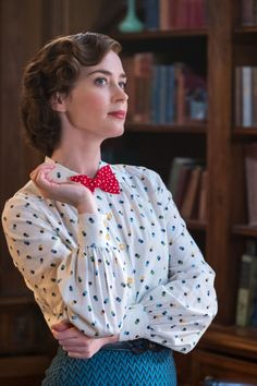 Emily Blunt as Mary Poppins / Wardrobe by Sandy Powell. Emily Blunt Mary Poppins, Mary Poppins Movie, Mary Poppins Costume, Mary Poppins 2018, Mary Poppins Halloween, Mary Poppins Outfit, Julie Andrews Mary Poppins, Mary Poppins Disfraz, Sandy Powell