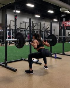 """5a10a26f4e0b KELSEY WELLS on Instagram  """"⚡️PWR LEGS PYRAMIDS⚡ . Barbell Squats Trap Bar  Deadlifts Cable Kickbacks . Solid Pyramid combo for a KILLERRR Glutes and  ..."""