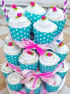 Hallo Baby, Windel Cupcakes – Geschenk zur Geburt Instructions for diaper cupcakes. Gift idea for the birth. Make diaper cupcakes yourself. Baby Party, Baby Shower Parties, Baby Shower Gifts, Baby Gifts, Decoracion Baby Shower Niña, Baby Shower Invitaciones, Diaper Cupcakes, Nappy Cakes, Cupcake Gift
