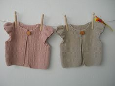 Chaqueta con manga de volante en punto de arroz y botón grande de madera.    Colores:  21-1  MAQUILLAJE 21-2  ARENA    Tallas:  3-6 meses (56-68 cm) 6-9 meses (68-74 cm) 9-12 meses (74-80 cm) Baby Knitting Patterns, Knitting For Kids, Knitting Designs, Knitted Baby Clothes, Crochet Clothes, Baby Cardigan, Knit Cardigan, Crochet Baby, Knit Crochet