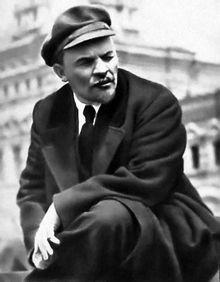 Lenin (Vladimir Iljitsj) was een voorstander van het communisme, hij komt uit Rusland. Bij de start van de eerste wereldoorlog was hij naar Zwitserland gevlucht maar na de februarirevolutie kwam hij terug en op 15 april 1924 kwam hij aan in Sint-Petersburg.