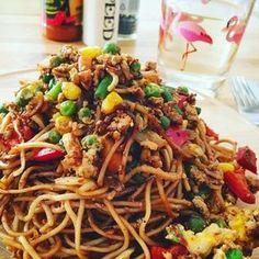 Chinesisch gebratene Nudeln mit Hühnchenfleisch, Ei und Gemüse 36