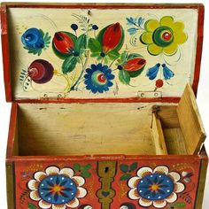 Really want excellent hints concerning arts and crafts? Go to this fantastic website! Painted Trunk, Painted Boxes, Painted Furniture, Rosemaling Pattern, Paint Brush Art, Norwegian Rosemaling, Scandinavian Folk Art, Decoupage, Antique Boxes