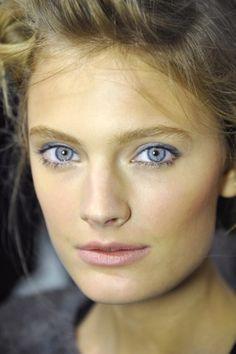 Light purple eyeshadow, highlighter, natural look