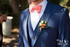 Costume de Mariage bleu et nœud papillon corail ©Studio Happy to See Photographe Toulouse