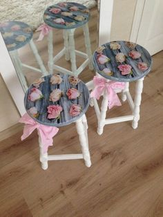 Naughty corner stool so that Harper does not grow up to be a brat like Herpenai Decoupage Furniture, Paint Furniture, Handmade Furniture, Furniture Makeover, Napkin Decoupage, Decoupage Box, Decoupage Vintage, Vintage Diy, Shabby Chic Crafts