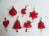 Zauberhafter, aufwendig gearbeiteter, rot-goldener Baumschmuck. Super schön als Anhänger für Ihren Weihnachtsbaum. Toll als Fensterschmuck. Und als Geschenkanhänger wird jedes Geschenk zum Unikat  Der Anhänger wurde mit viel Liebe genäht, gestopft und aufwändig mit Perlen. Jeder Anhänger ist ein Unikat.