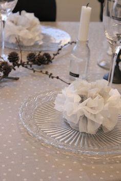 Serviett-pomponger er så dekorativt på festbordet - og veldig enkelt å lage.. Jeg lærte det nettopp, og nå vil jeg dele det med deg ! Du...
