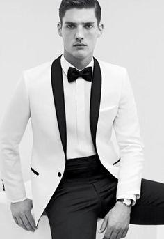 Un Tuxedo blanco para un look monocromático #Trajes #Novias #BlancoYNegro