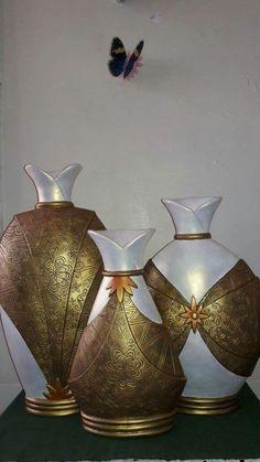 Madres  2016 Bottle Art, Bottle Crafts, Painted Glass Vases, Clay Art Projects, Cardboard Art, Altered Bottles, Africans, Bottles And Jars, Cold Porcelain