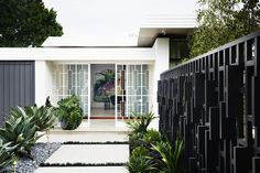 This Modern Home situated in a residential area of Melbourne was inspired by the architectural aesthetics of mid-century homes of Palm Springs, and at the same Inspired Homes, Modern Outdoor Spaces, Mid Century House, Mid Century Architecture, Modern House, House Exterior, Modern Landscaping, Palm Springs, House And Home Magazine