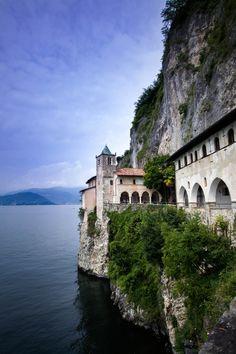 LEGGIUNO Lago Maggiore Eremo di Santa Caterina del Sasso