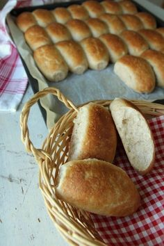 Semi-grove ruller i langpanne – krem.no – Oppskrifters I Love Food, Good Food, Piece Of Bread, Bread Rolls, Sweet And Salty, Bread Recipes, Holiday Recipes, Brunch, Food And Drink