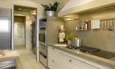 Uma cozinha organizada toda cinza, em cimento.