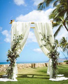 ❊ . 大きな役目を果たしてくれたガゼボ ◡̈︎ . アイボリー色の布にして ユーカリ・オリーブの葉っぱ それに少し白いお花を入れてもらい 理想のガゼボにしていただきました❁︎ . ハワイの草花はとにかく元気‼︎ のびのびと育つからか 日本で見るものよりも大きいです❁︎ . . . #photo#wedding#hawaiiwedding#ガゼボ#ハワイ#結婚式#ウエディング#ウエディングフォト#kobaさん#卒花#ハワイウエディング#ガーデンウエディング#生花