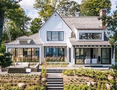 51 Stylish Farmhouse Exterior Design Ideas The modern farmhouse style isn't just for rooms. The farmhouse exterior design totally reflects the whole style of the home and the family tradition also. It totally reflects the entire style… Modern Farmhouse Exterior, Rustic Farmhouse, Farmhouse Style, Farmhouse Ideas, Rustic Wood, Rustic Exterior, Modern Home Exteriors, Modern Farmhouse Design, House Exteriors
