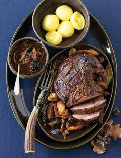 Rezept für Wildschweinkeule mit Backobst bei Essen und Trinken. Ein Rezept für 6 Personen. Und weitere Rezepte in den Kategorien Gewürze, Nüsse, Obst, Wild, Hauptspeise, Braten (Fleisch), Backen, Einfach.