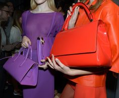 El glamour de Milan Fashion Week SS2014 Las futuras it bags llenas de color en el backstage de Max Mara