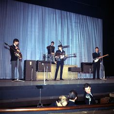48 The Royal Command Performance at the Prince of Wales Theatre in London, in the presence of the Queen Mother and Princess Margaret. The Beatles november The Beatles Live, Les Beatles, Beatles Art, Beatles Photos, Beatles Guitar, Ringo Starr, George Harrison, Paul Mccartney, John Lennon