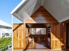 Casa en Christian Street, Brisbane, Australia - James Russel Architects - foto: Toby Scott y John Ellway Entrance Foyer, House Entrance, Style At Home, Cardboard Model, Outdoor Stairs, Canopy Cover, Street House, Timber House, Australian Homes