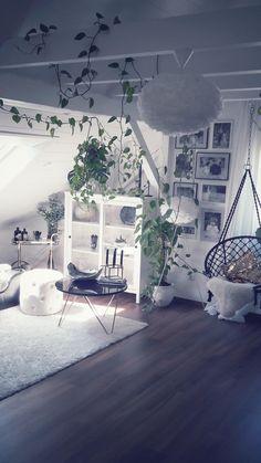 #Wohnzimmer Einblick #Couch #Black #Ehite #Gold #Marmortisch #Dachschräge #
