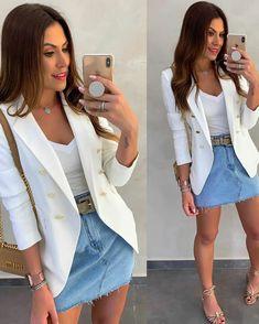 Look com blazer e saia - look com blazer branco - look com saia jeans clara - look com blusa branca - look com cinto - look com sandália rasteirinha - look com bolsa - look feminino - look charmoso Blazer Outfits, Blazer Fashion, Winter Fashion Outfits, Skirt Outfits, Skirt Fashion, Spring Outfits, Casual Outfits, Blazer Dress, Look Blazer
