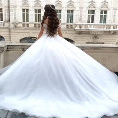 Rochie mireasa stil printesa, cu trena spectaculoasa si corset realizat din cristale. The Princess Bride, The Bride, Princess Wedding Dresses, Dream Wedding Dresses, Hijab Fashion Summer, White Wedding Gowns, Wedding Gallery, Beautiful Gowns, Marie
