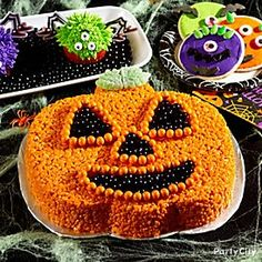 Elevate your usual rice crispy recipe into an awesome kids Halloween treat idea! Check out how we created our friendly jack o'lantern rice crispy cake ready for a kids Halloween party! Halloween Sweets, Holidays Halloween, Halloween Kids, Halloween Party, Happy Halloween, Holiday Treats, Holiday Parties, Cereal Treats, Rice Cereal