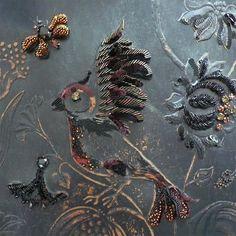 Broderie sur cuir de Cordoue♦Vachette teintée vieillie Embossage Cabochons de Swarovski Fils d'or Perles de Toho Paillettes