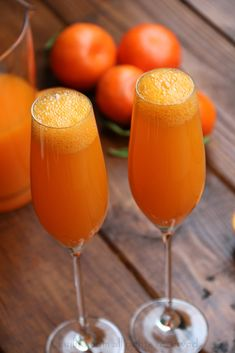 Bubbly mandarin mimosa cocktail recipe made with fresh mandarin juice, champagne or sparkling wine, and orange liqueur. Refreshing Drinks, Summer Drinks, Fun Drinks, Beverages, Mimosa Cocktail Recipes, Cocktail Drinks, Malibu Rum, Mandarin Juice, Midori