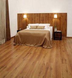 quarto de casal de apartamento pequeno com piso laminado madeira