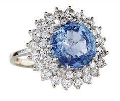 Ring 14 K WG. Glatte Ringschiene, hochovaler Ringkopf mit hellblauem Saphir und doppelter Brillant- — Schmuck