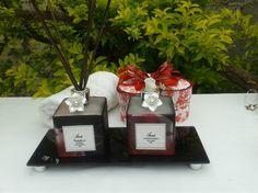 KIT <br>1 Bandeja de vidro (fumê) <br>1 Aromatizador de ambiente vidro desenhado com rosas 350 ml, opção de fragrância ; flor de cerejeira e flor de laranjeira. <br>1 sabonete líquido vidro desenhado com rosas 350 ml de fragrância opção; pitanga negra e peônia. <br>2 flores cor de pérola <br>1 válvula prata <br>1 tampa prata <br>7 varetas fumê