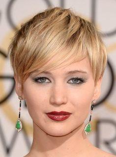 Jennifer Lawrence. Tendencia cherry lipstick en todo su esplendor, enmarcado en su piel perfectamente blanca con un tono amarronado.