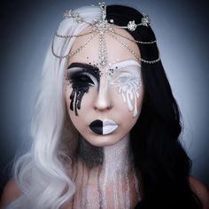 Looking for a wonderful makeup idea for your Halloween party? We've got you covered with this recommended makeup inspiration. Looks Halloween, Video Halloween, Diy Halloween, Beautiful Halloween Makeup, Halloween Face Makeup, Awesome Makeup, Horror Make-up, Black And White Makeup, Black White