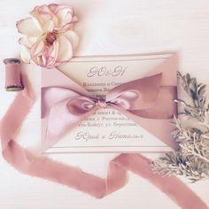 Классический вариант приглашения на свадьбу в пудровом цвете, декорированный атласным бантом