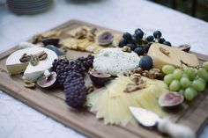 figs, nuts, cheese and grapes. nothing says tuscany more. Meat Cheese Platters, Meat And Cheese, Cheese Table, Rustic Platters, Food Displays, Dinner Dishes, Soul Food, Food And Drink, Favorite Recipes