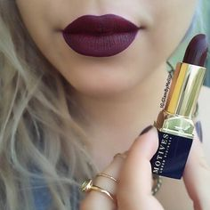 @motivescosmetics @lorenridinger ultra matte lipstick in (Kinky).. The navy blue and gold packaging is everything